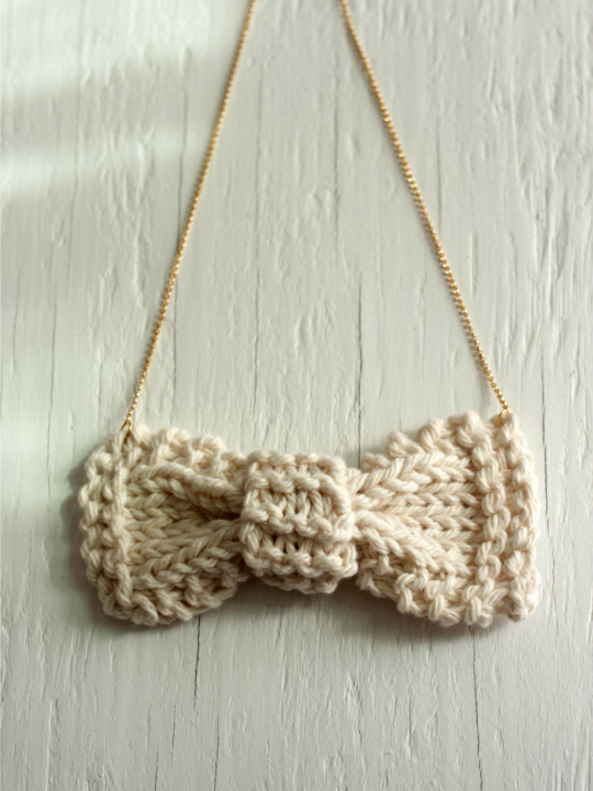 beige knit bow necklace