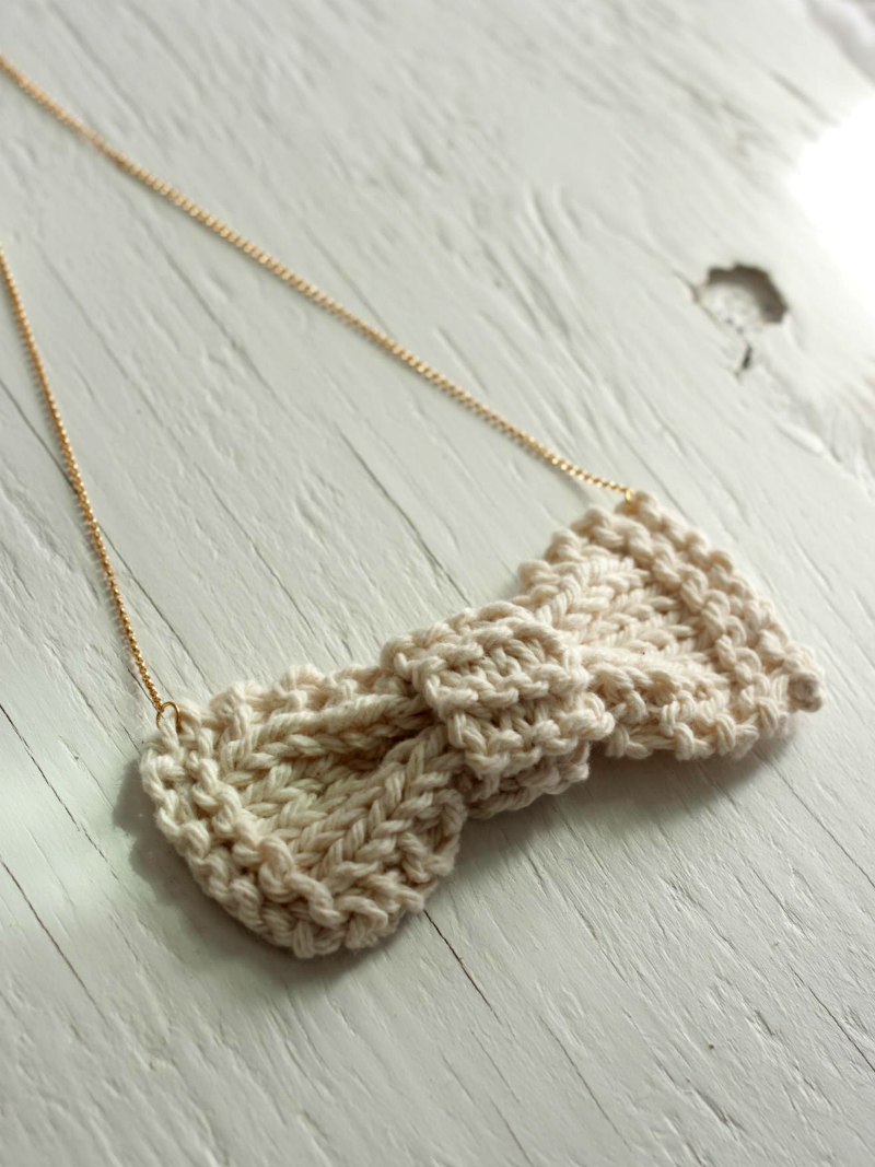 knit bow necklace beige