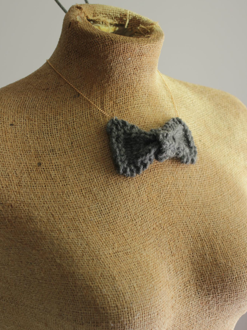 knit bow necklace gray