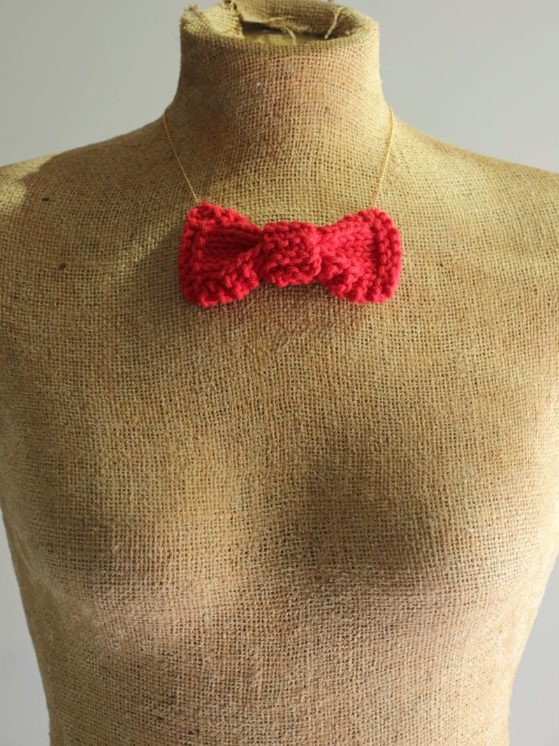 knit bow necklace in red