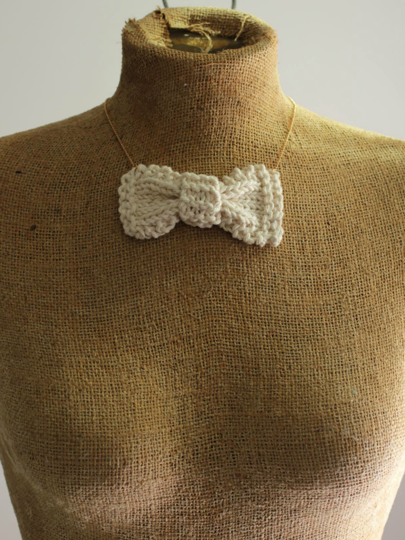 white bow necklace knit